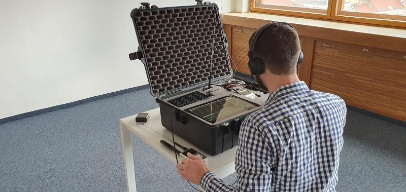 Prohlídka proti odposlechu - analýza radiového spektra